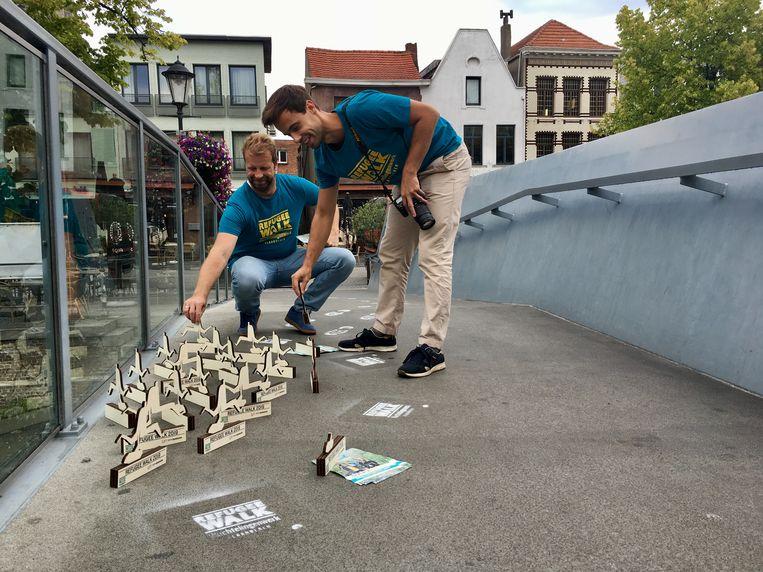 Vrijwilligers van Vluchtelingen Vlaanderen plaatsten houten beeldjes op de Beehovenbrug. De beeldjes stonden symbool voor alle vluchtelingen die in 2019 het leven lieten op de Middellandse Zee.