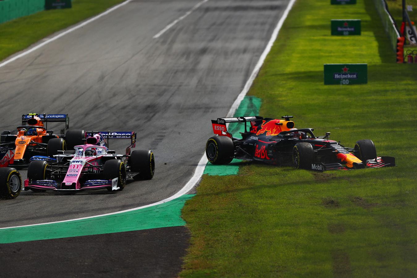Max Verstappen moest de chaos in de eerste bocht ontwijken, maar beschadigde daarbij wel zijn voorvleugel