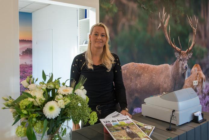 Ilse Pluim bij Toeristisch Informatie Punt in Vierhouten.  Foto: Bram van de Biezen