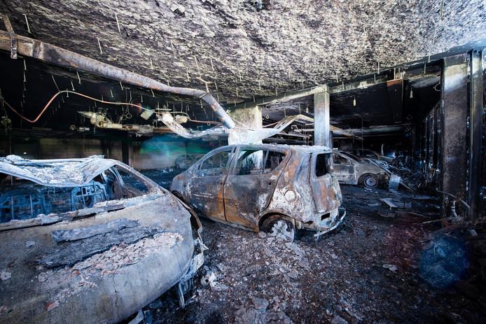 Bij de brand in appartementencomplex Goudbaard in Bergen op Zoom gingen tientallen auto's in vlammen op. foto Tonny Presser/Stadlander
