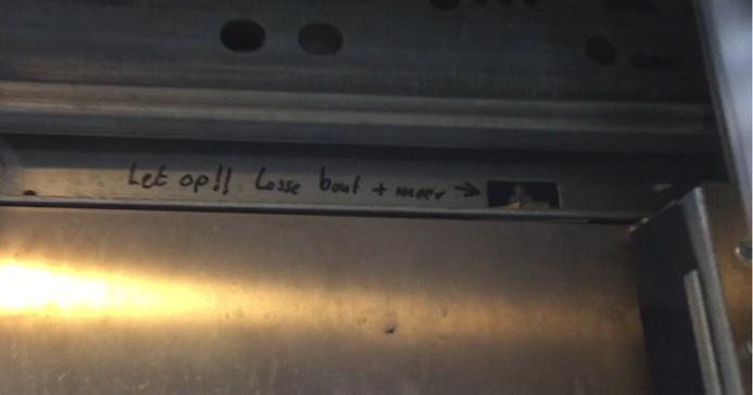 Het opschrift in de lift.