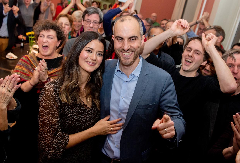 Belit Onay en zijn vrouw Derya (links) op het overwinningsfeest. Beeld DPA