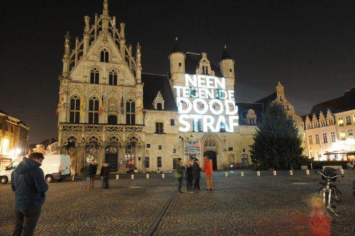 De lichtprojectie van de Cities for Life-campagne in 2016, toen op het Mechelse stadhuis.
