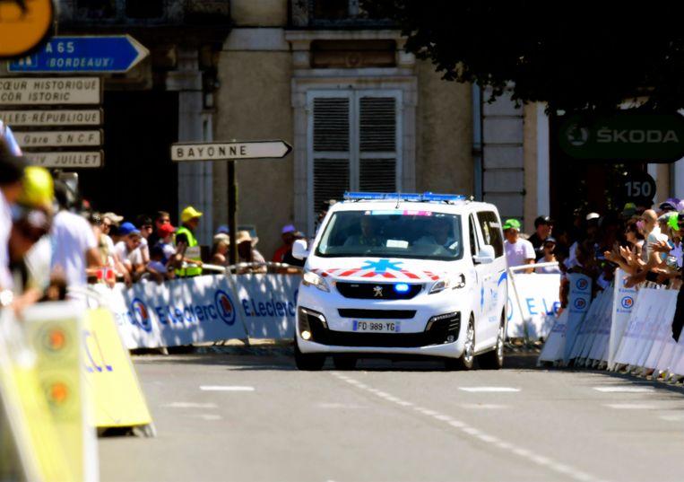 Van Aert werd afgevoerd in een ambulance.