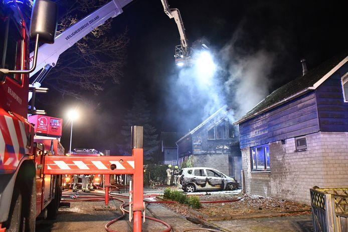De brandweer bestrijdt het vuur met een hoogwerker