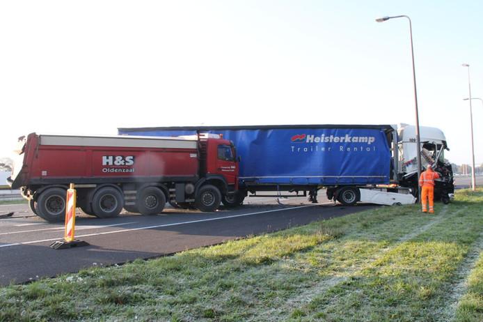 Twee van de drie vrachtauto's die vanmorgen met elkaar in botsing kwamen op de A1.