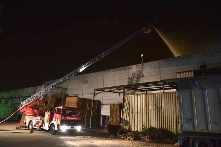 De brandweer bestreed het vuur hoofdzakelijk vanuit de lucht door enkele ladderwagens te gebruiken.