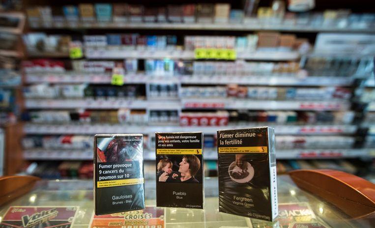 In Frankrijk liggen de neutrale verpakkingen al langer in de rekken. Het logo op een pakje sigaretten wordt er vervangen door een gezondheidswaarschuwing en schokkende foto's van tabaksgerelateerde ziektes.
