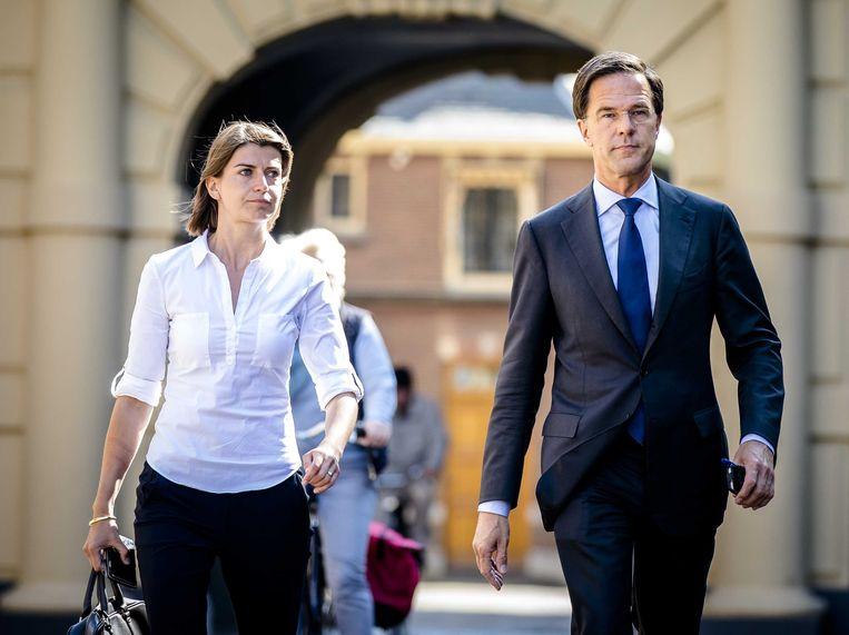 Premier Mark Rutte en zijn adviseur Caroliene Hermans arriveren op het Binnenhof, juni 2017. Beeld ANP