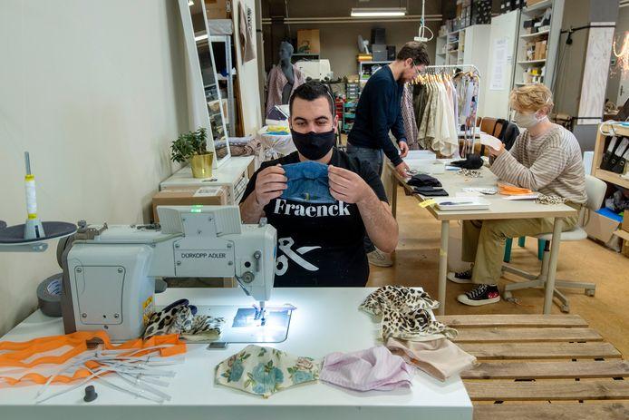 In het atelier van Fraenck in Arnhem worden deze dagen mondkapjes gemaakt voor de Arnhemse minima.