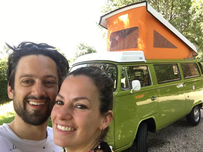 Martijn Peeters en zijn vriendin tijdens een vakantie met de camper.