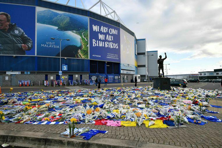 Aan het stadion van Cardiff City is een zee van bloemen te zien.