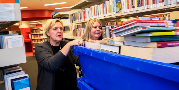 Er moeten 120.000 boeken worden verhuisd, Mariet Heuts en Angelique de Kort beginnen alvast. Vanaf zaterdag is de bieb drie weken dicht.