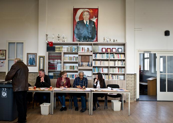 Turkse poster in stembureau Nijmegen