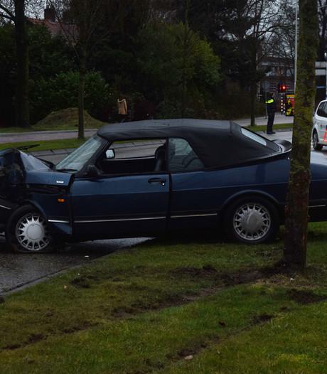 Auto rijdt tegen boom, automobilist gewond