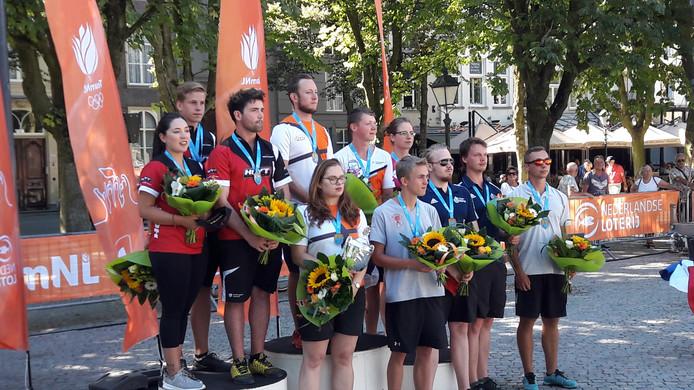 Alle medaillewinnaars van de NK handboogschieten bijeen op het podium op de Bossche Parade.