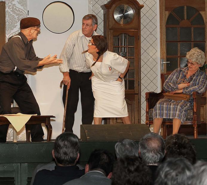 Karakteristieke scènes van het Heesbeens Toneel, hier tijdens het blijspel 'Onrust in het Rusthuis', enkele jaren geleden.