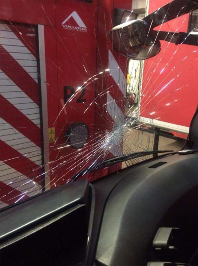 Onruststokers beschadigden een brandweerwagen in Molenbeek.
