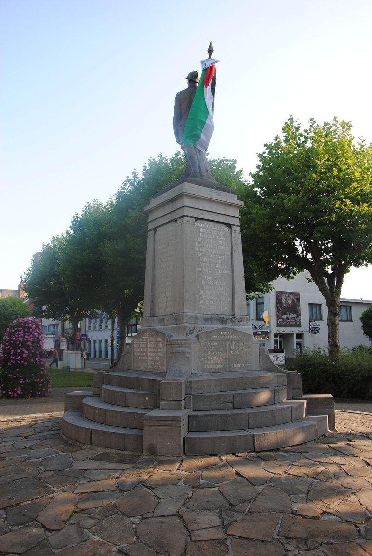 Een Palestijnse vlag hangt onder meer aan het monument der gesneuvelden.