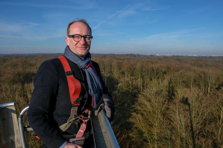 Minister Ben Weyts (N-VA) kroop zaterdagochtend ook zelf in de hoogtewerker.