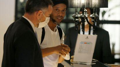 """Ronaldinho, die nog steeds 'opgesloten' zit in luxehotel, doorbreekt de stilte: """"Een enorme klap toen ik hoorde dat ik naar de cel moest"""""""