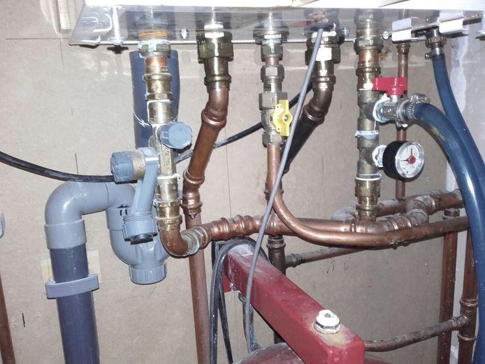 Typisch voorbeeld van een 'klusketel'. De inlaatcombinatie is in de aanvoer geplaatst in plaats van in de koudwaterleiding. Bovendien zit er geen overstort in de cv-installatie.