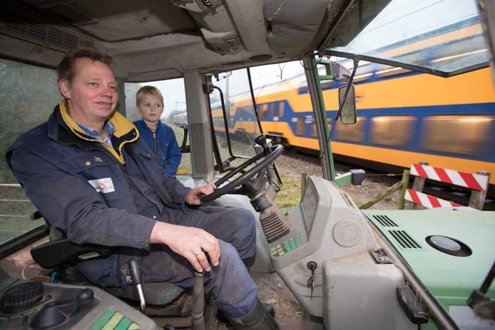 Boer Albert Albers met zoon Bernd wachten voor de overgang. FOTO gerard vrakking