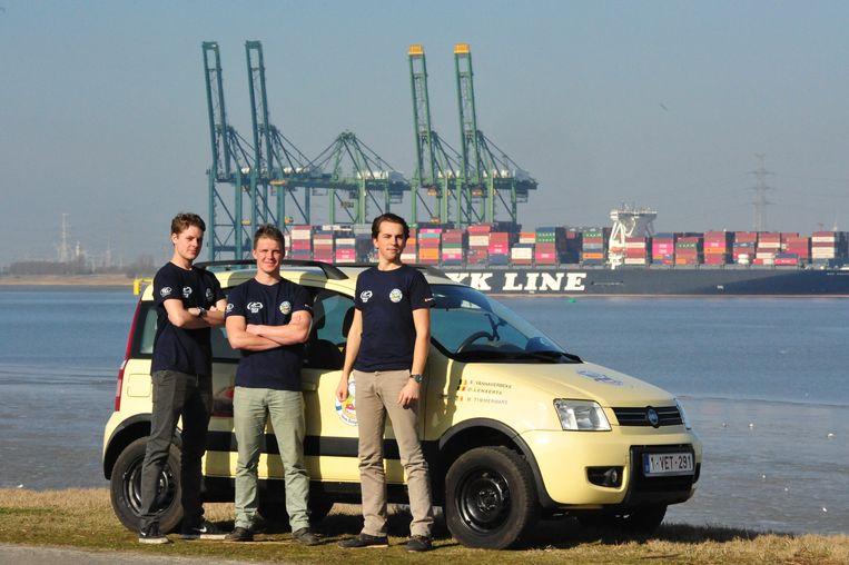 Olivier Lenaerts, Elias Vanhaverbeke en Miguel Timmermans bij hun Fiat Panda