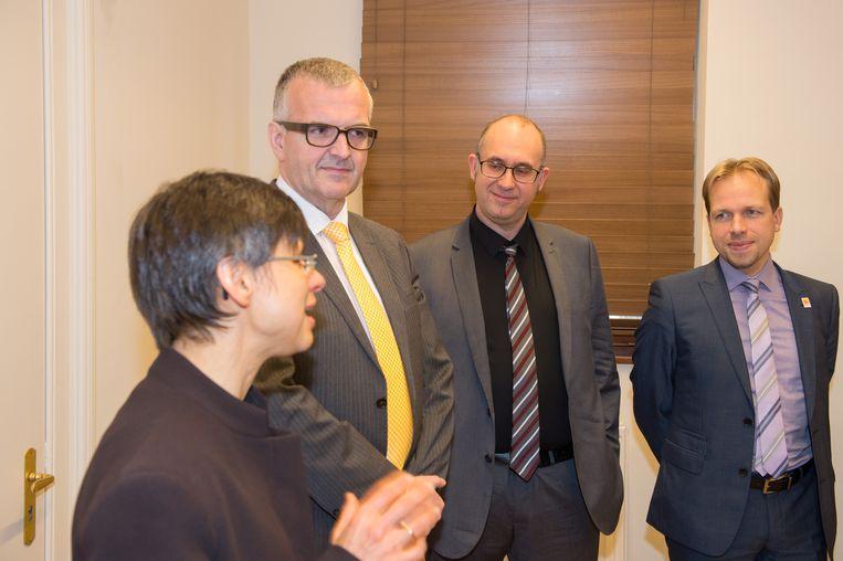 Eric Van Meensel (met gele das) luistert samen met nog twee andere nieuwe burgemeesters naar gouverneur Cathy Berx.