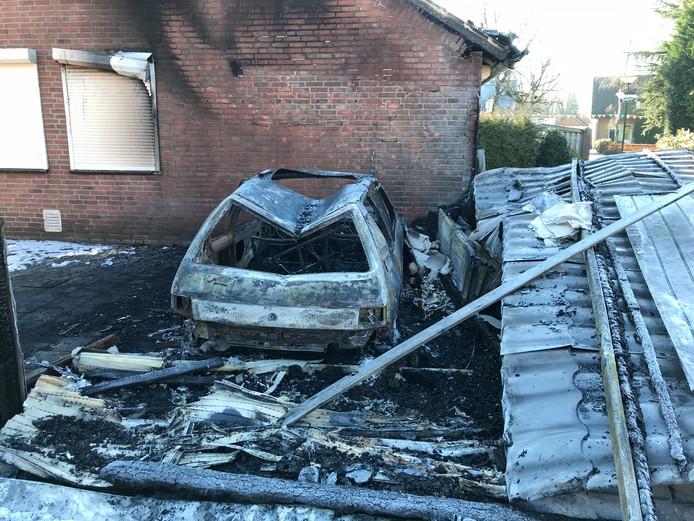 Dit is alles wat overbleef van de carport in Venhorst waar dinsdagavond brand uitbrak.
