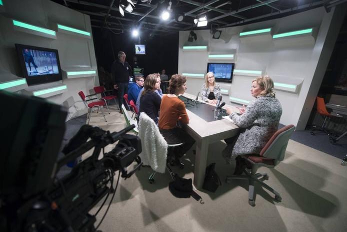 Een interviewtje aan de grote tafel in een heuse televisiestudio aan de Koninginnestraat.