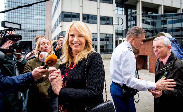 Linda de Mol staat de pers te woord bij aankomst bij de rechtbank om te getuigen in de rechtszaak.