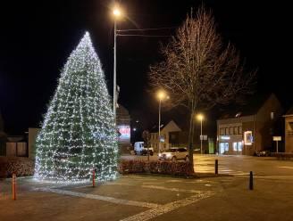 Verlichte kerstbomen en kerststerren verdwijnen deze week, andere feestverlichting blijft nog branden tot eind januari