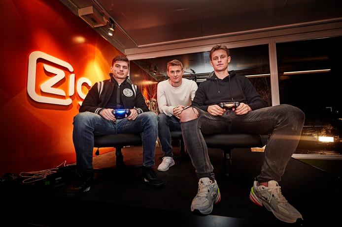 Max Verstappen (links) en Frenkie de Jong in de studio van Ziggo. Midden Matthijs de LIgt.