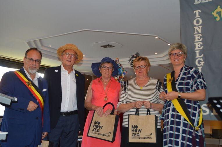 De drie pioniers Claude De Beuckelaere, Maggie Duquesne en Nicole Dekervel met burgemeester Peter Roose en schepen Celine Mouton.