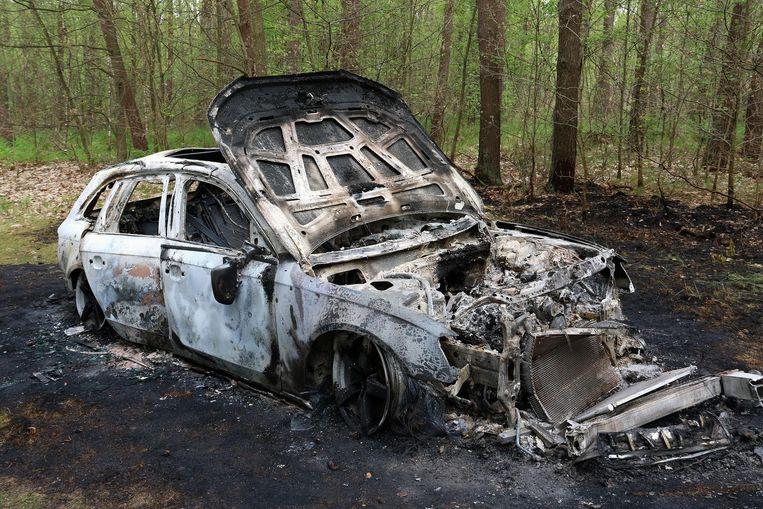 Het vuur heeft de Audi compleet vernield.