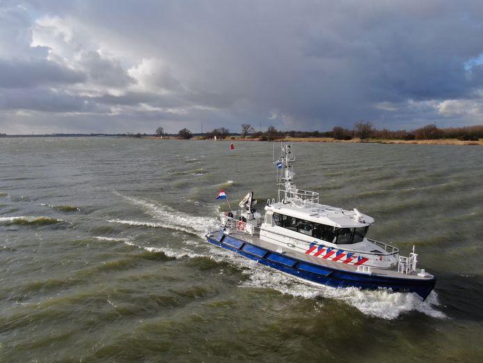 Patrouilleschip P64 op volle kracht over de rivier.