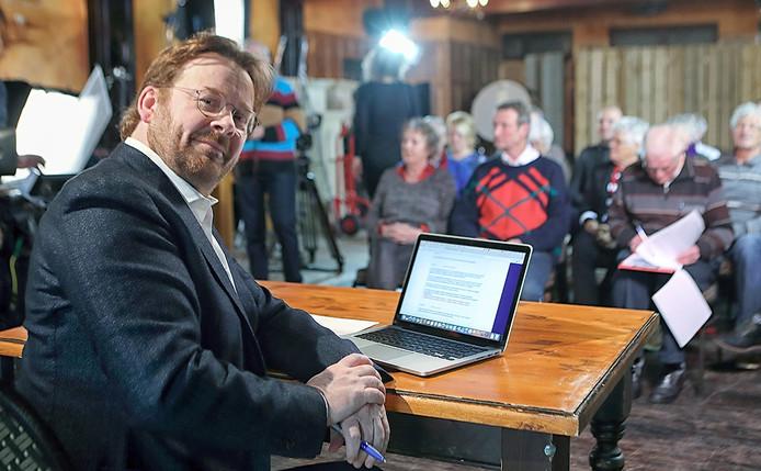 Op de voorgrond rijdende rechter John Reid en zittend in de achtergrond Els en Wolgang Kumutat en de schrijvende Herman Buijs in Nieuw-Vossemeer Foto Chris van Klinken / Pix4Profs