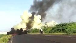 Vrachtwagen met gascilinders vat vuur en ontploft in India