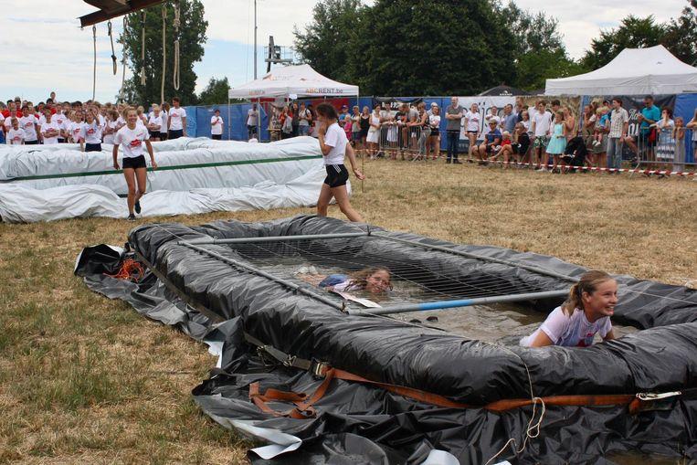 Deelnemers van de Adventure Run kregen allerlei hindernissen voorgeschoteld.