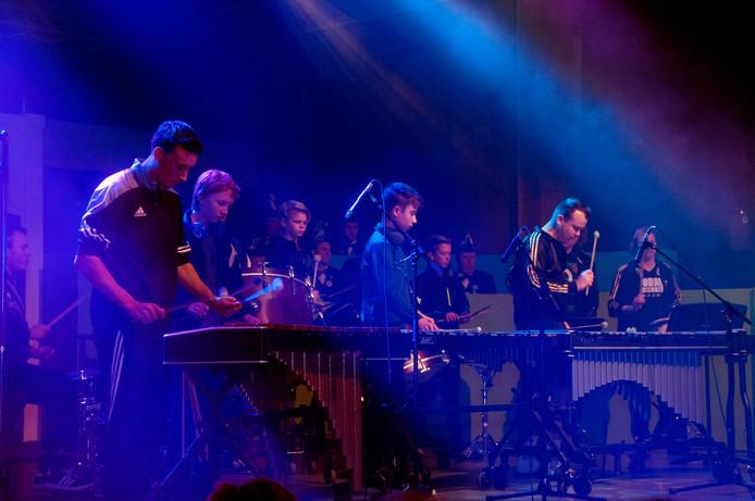 Slagwerkgroep op xylofoon voor de hardcoremedley