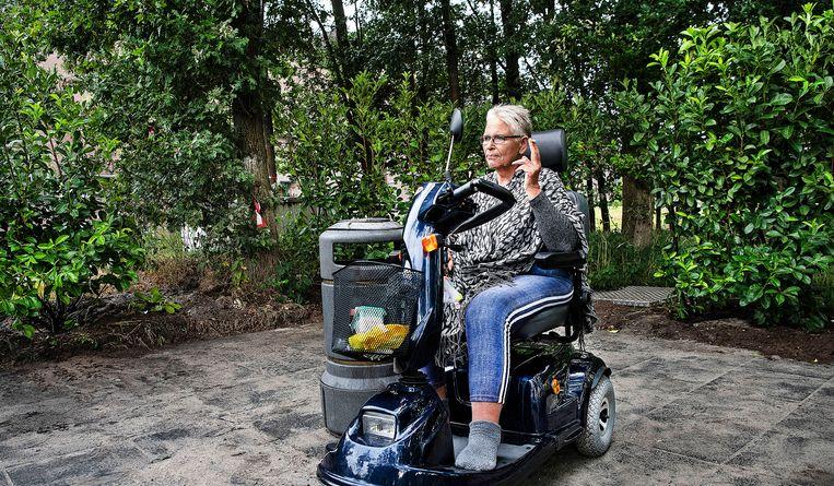 Een patiënt van het Meander ziekenhuis rookt haar sigaret op een nieuwe rookplek bij het ziekenhuis.  Roken wordt vanaf 1 januari duurder. Beeld Foto Guus Dubbelman / de Volkskrant