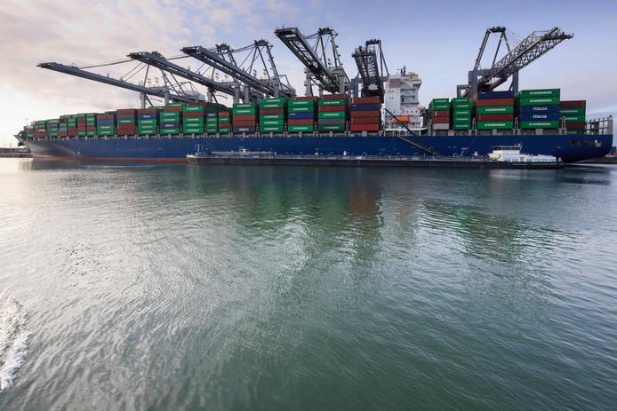Een bunkerschip voorziet een groot containerschip in de Rotterdamse haven van brandstof.