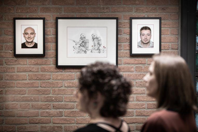 Anneleen Cornelis en Helga Gilis bij de portretten van Chris Medo en Benni Smulders, die sinds de zomer in de kazerne van Heusden-Zolder hangen, als eerbetoon.