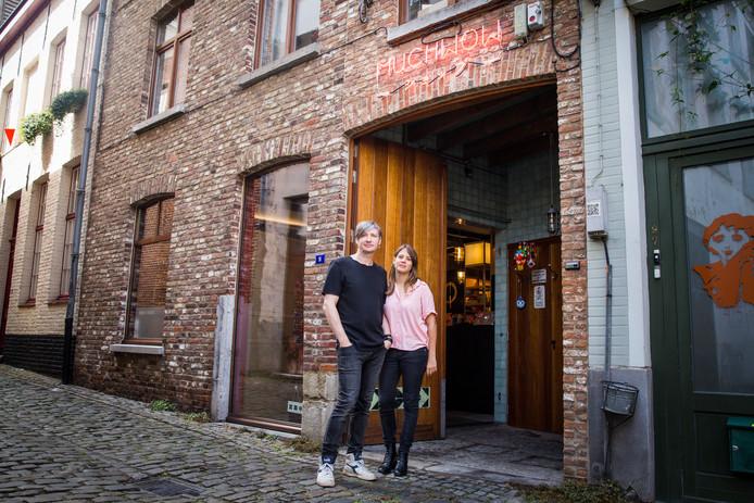 Didier en Tine voor hun nieuwe winkel.