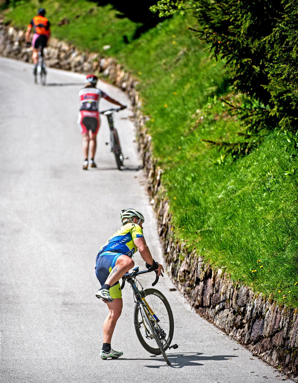 Een dag voor de aankomst van de Giro proberen wieleramateurs de Mont Zoncolan te beklimmen.