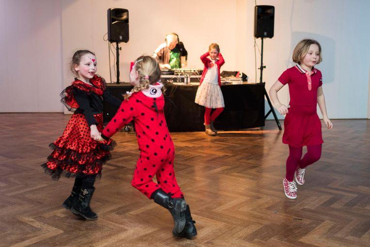 De kinderen kwamen verkleed naar het bal, dat als thema 'rood' had.
