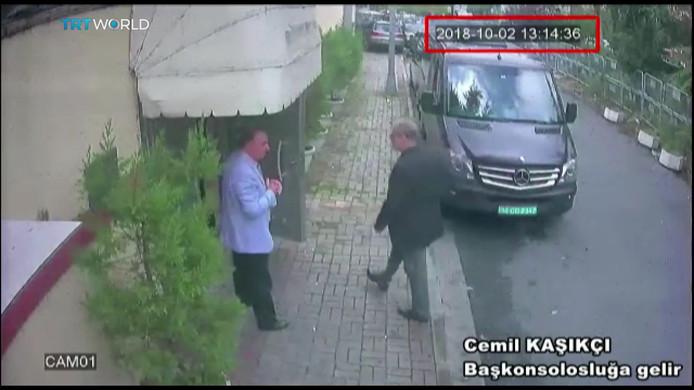 De Turkse krant Sabah publiceerde deze still uit een video die de Turkse politie heeft vrijgegeven. Het is het moment dat Jamal Khashoggi (rechts) het consulaat in Istanboel binnenstapt op 2 oktober.
