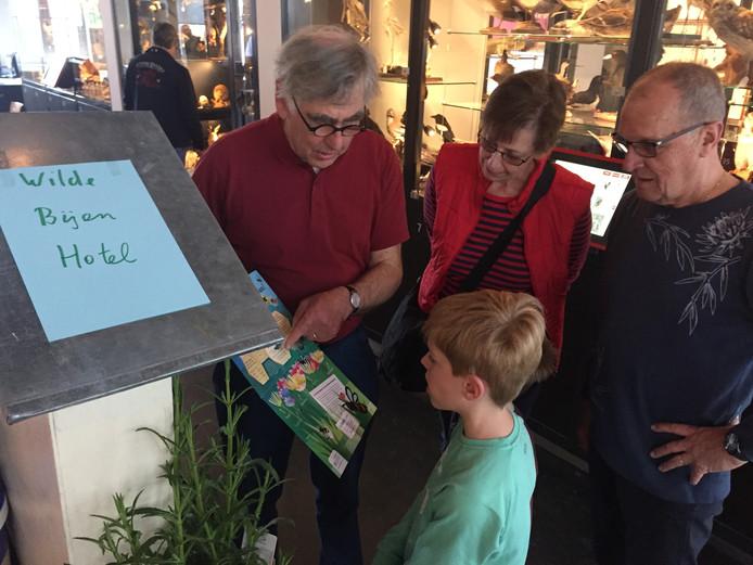 Gerard Loof van de Coöperatie Bels Lijntje legt aan bezoekers van het Natuurmuseum uit wat ze zelf kunnen doen voor de wilde bij.
