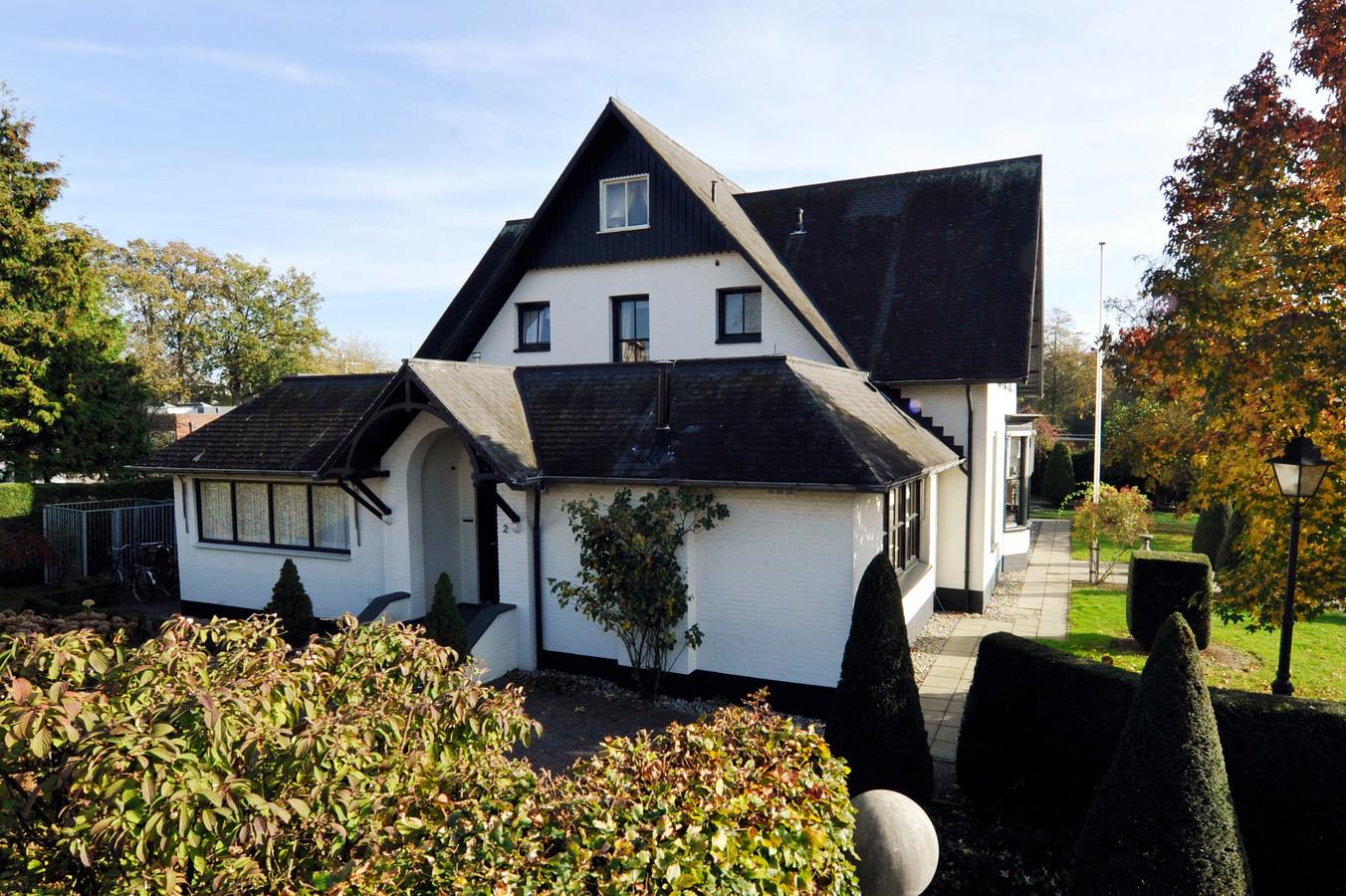De nieuwe eigenaar van villa De Rozenhof wil het omstreden plan doorzetten voor de bouw van een woonzorgcomplex op het terrein aan de Prins Bernhardstraat.